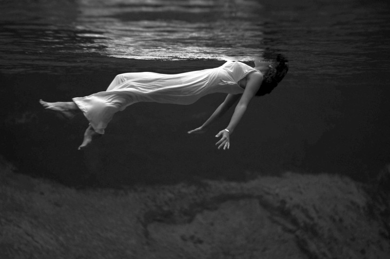 Μοιρολόι, της Κάρεν Κέλερ – ένα τραγούδι για το κορίτσι χωρίς όνομα