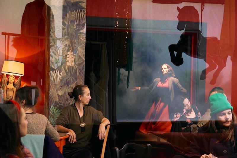 «Τραγουδώ Αν Τραγουδάς» του Νίκου Κορνήλιου: φιέστα επικοινωνίας, νοσταλγία της ενότητας