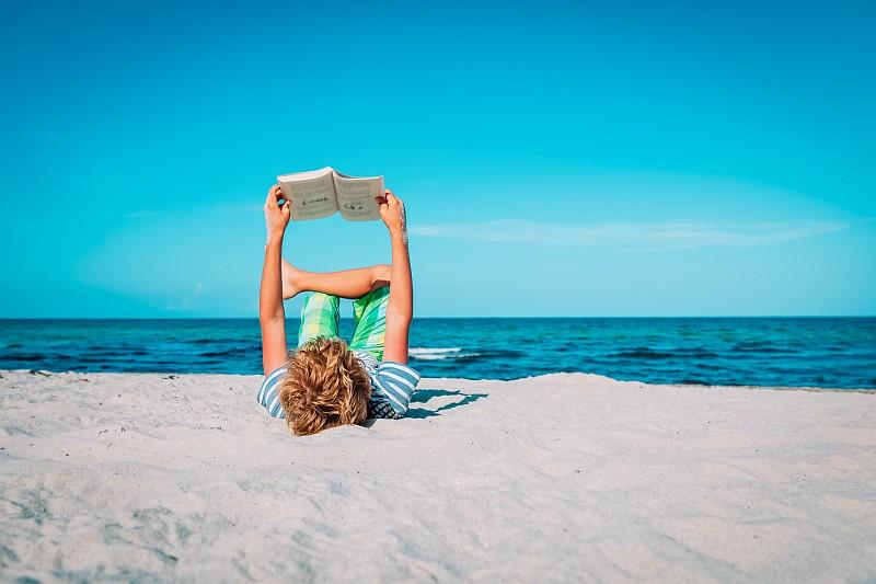 Καλοκαίρι 2021: 20 +1 βιβλία για τη βαλίτσα μεγάλων παιδιών & εφήβων