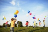 children playing with balloons 800
