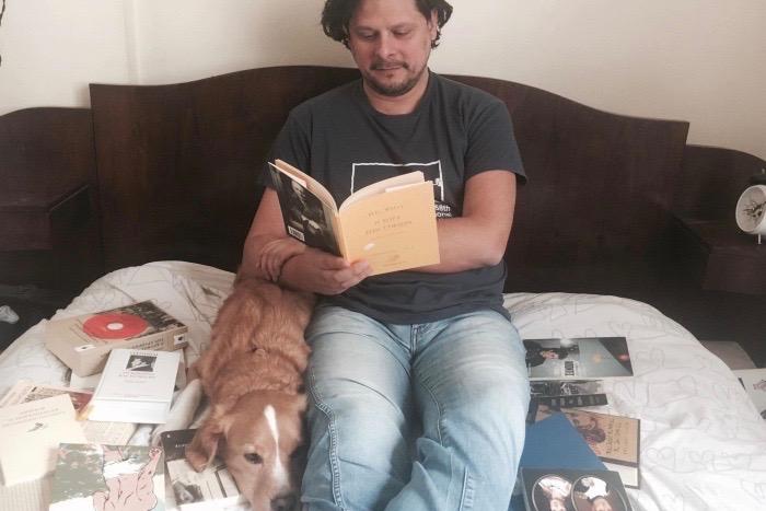 Διαβάζοντας με τον Λευτέρη Χαρίτο